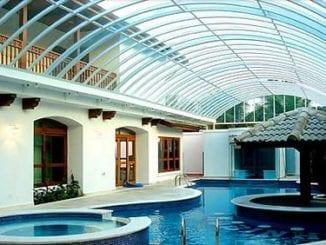 Policarbonato compacto sendo utilizando em área de piscina de um condomínio