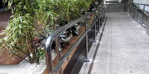 Corrimão para rampa de acessibilidade em aço inox