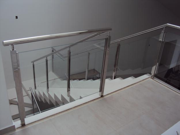 Corrimãos de escada em aço inox.