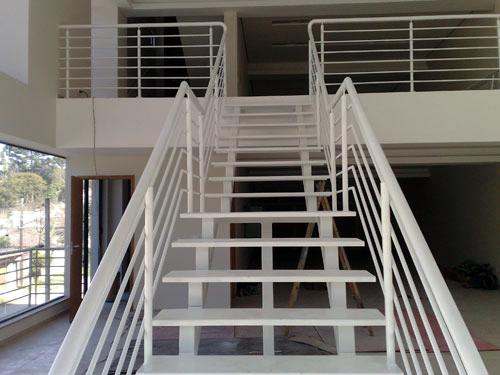 Escada com perfil retangular de aço inox